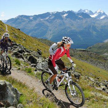 Mountainbikerinnen im Val Suvretta